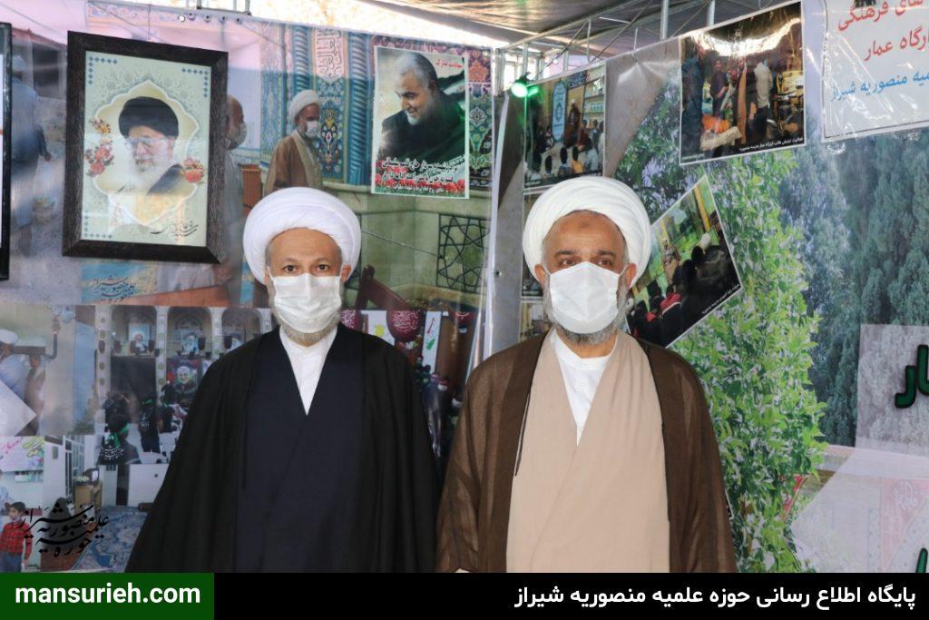 بازدید نماینده ولی فقیه در فارس از غرفه حوزه علمیه منصوریه