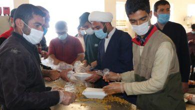 طبخ غذای گرم توسط طلاب قرارگاه عمار برای مردم زلزله زده سی سخت