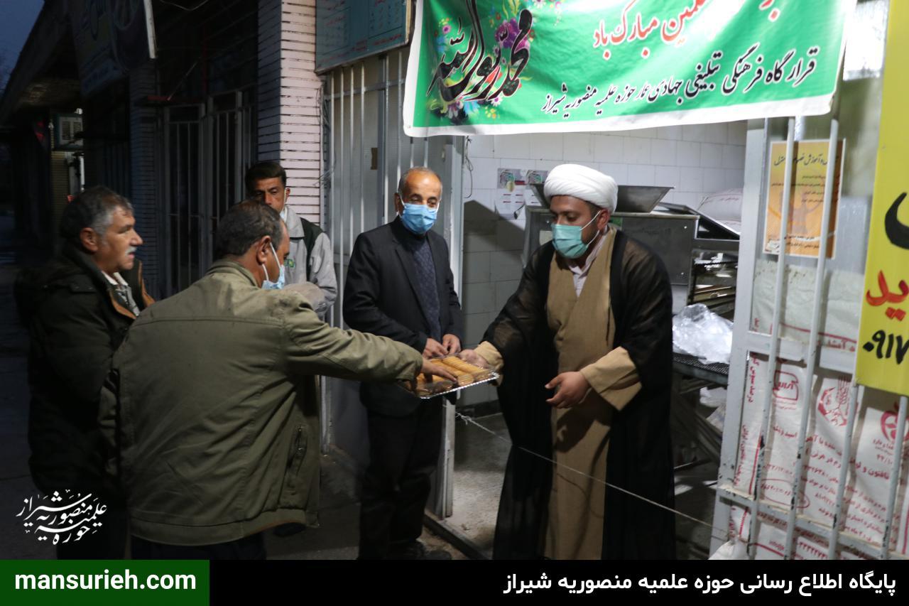 تصاویر| توزیع 6000 قرص نان توسط قرارگاه عمار حوزه علمیه منصوریه شیراز در مناطق زلزله زده سی سخت