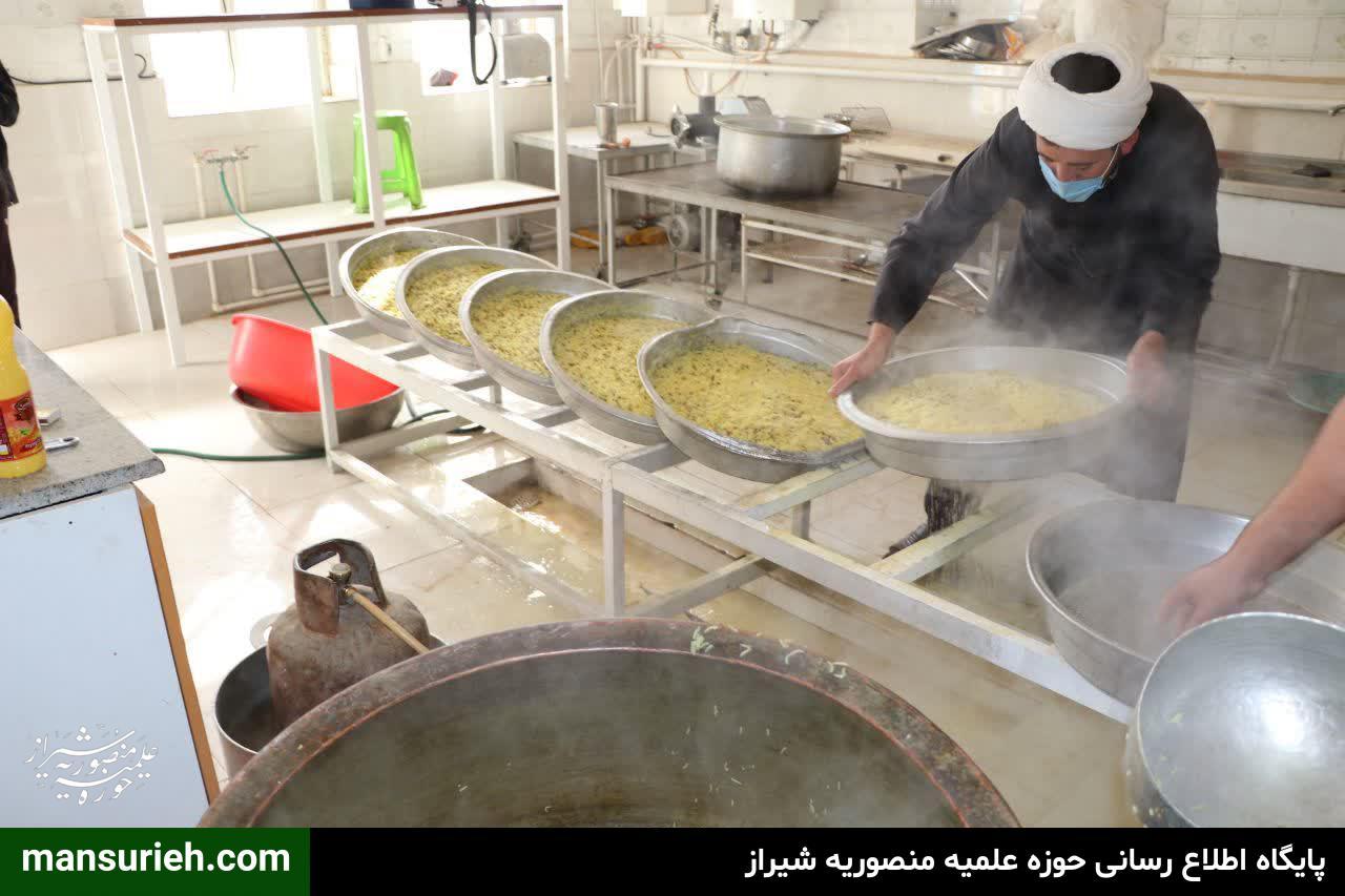 طبخ و توزیع 220 پرس غذا گرم به مناسبت نیمه شعبان از سوی قرارگاه عمار